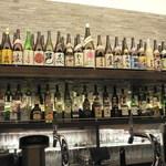 和洋ダイニング ゆきあかり - カウンターの奥には、お酒がいっぱい(でもメニューにあるのはわずかです)