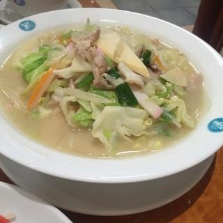 天津包子舘 - 特製ちゃんぽん  筍が入ってて食感も楽しめる一杯。スープが飲むたびに甘みがあっておいしく頂きました (*´ڡ`●)