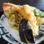 51600834 - カラッと揚がった天ぷら 海老2尾・茄子・舞茸・かぼちゃ・薩摩芋・ししとう・白身のお魚