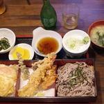 東京庵 - 料理写真:Bセット全景です。(笑) 上のほうのお酒は飲んでません。飲みたかったけれど。(笑)