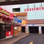 煮干鰮らーめん 圓 - ゲームセンターなどが入っているビル。裏側はアーケード街。