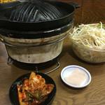 <札幌成吉思汗> 雪だるま - ジンギスカン鍋、野菜、キムチ