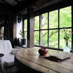 茶房 天井棧敷 - 窓際のテーブル席へ。BGMはグレゴリオ聖歌。