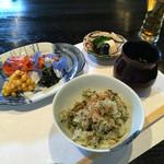 和食 了寛 - 菜飯と赤だし味噌汁香の物、本マスの味噌漬焼き、とうもろこしかき揚げ、ワカメ。