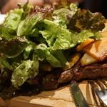 フランス食堂 LA CARAPACE - うず高いサラダとお肉