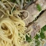 寿楽亭 - 麺を引っ張り出す