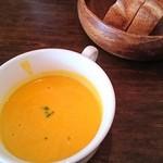 51614842 - かぼちゃスープとパン