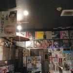 51617584 - 懐かしいオロナミンCのホーロー製看板やアナログレコード