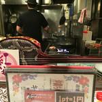 沖縄時間 - カウンター席からは 調理風景が見れます♫