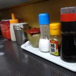 ラーメン将峰 - 「将峰」卓上のコショウ・塩・ゴマ・ラー油・おろしニンニク・紅ショウガ・餃子のタレ
