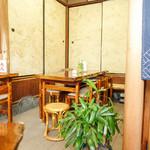 粟餅所・澤屋 - 木調の落ち着く内観
