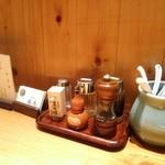 勝本 - カウンター上の調味料類