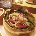 新中国料理 黄龍 - 骨付き鶏肉と桜の塩漬けハスの葉蒸し