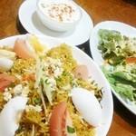グリーンインドレストラン - ビリヤーニ、サラダ、ライタ