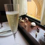 51661545 - シャンパン・窓辺の光景