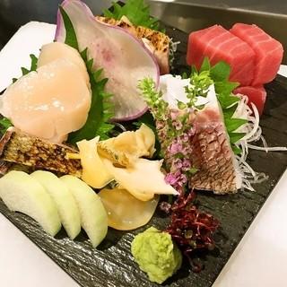 ベテラン料理長が市場で仕入れる新鮮な魚介類は絶品!!