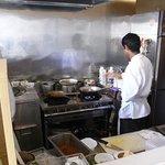 SPICE INDIA - 厨房。右がカレー担当バッドゥさん、左がタンドリー担当サンディさん
