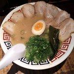 麺屋 中る - 豚骨ラーメン+チャーシュー(真上から)