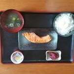 わさび家 - 料理写真:焼鮭定食(ご飯・味噌汁・納豆・漬物)にて