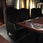 51673678 - オープン席の豪華なソファー
