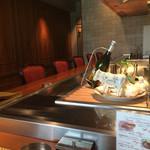 ステーキ 鉄板焼き Teppan&grill R - 内装。 偶然誰もいなひ