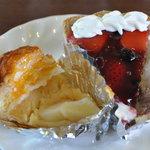 HOMEMADE CAKE SHOP さいもん - 御免なさい 大好きなので思わず食べたアップルパイ220円、苺のタルト290円
