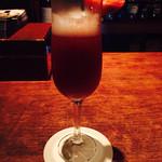 51680290 - 苺のピューレとシャンパンのカクテル