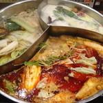 小尾羊 蒙古火鍋しゃぶしゃぶ - 三味薬膳スープに野菜を入れて煮ているところ