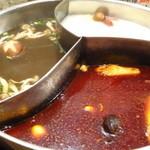 小尾羊 蒙古火鍋しゃぶしゃぶ - 三味薬膳スープ(真ん中が辣香湯、ラーシャンタン、右がコラーゲン白湯(パイタン)、左が山珍湯(サンチンタン)