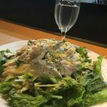 Rock - グリーンカレーとマヨネーズのソースに和えられた蒸し鶏。ほんのりとグリーンカレーの味と、若干の辛味。食べ易く、ご飯にも合いますね。 初めて食べる味でしたが、美味しいです。