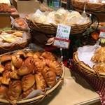51686559 - 商品棚 餃子パン他、レモン牛乳を使ったクリームを挟んだパンもありました
