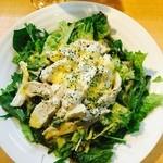 Rock - ご飯を大盛にして貰いました。 たっぷりの野菜をご飯の上に。野菜で見えないくらい。レタスと水菜。 その上に蒸し鶏。こちらがグリーンカレーマヨで和えているもの。提供時間が早いです。