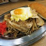 野郎ラーメン - 茹でやきそば 豚玉入り 880円 + パンセット 120円