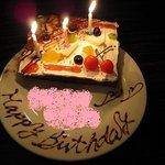 Arfa cafe - バースデーケーキ(チョコで書かれた名前はピンク色でぼかし処理)