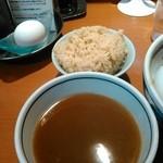 たけちゃんにぼしらーめん - 油そばにつくスープと生卵。外せないにぼし飯