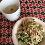 キリティカ - 玉子チキンのスープとサラダが付きます。