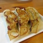 ハオチー - 餃子(200円)写真は1個食べちゃってます。