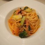 イル・レガーロ - ベーコンと緑野菜のトマトクリームスパゲッティ