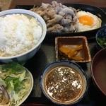 いります食堂 - 豚バラ肉ジュージュー焼き定食(税込850円、2016年5月)。タレはにんにくタレ。