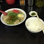 51723671 - ラーメンセット ラーメン(ニラ、紅生姜、ニンニクのせ)ご飯、漬け物