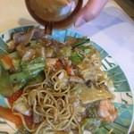 広州園 - 什錦炒麺 には酢ですね。