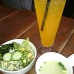 夢街道 - セットのサラダ・スープ。    オレンジスカッシュ。