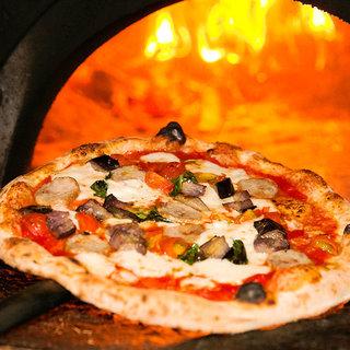 400度を超える高温で焼き上げる本場職人仕込の窯焼きピッツァ