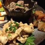 Ooitayuushokuizakayaorochitohiiragi - とり皮のポン酢和え(手前)と和牛スジ煮込み(奥)