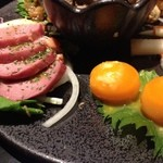 Ooitayuushokuizakayaorochitohiiragi - 合鴨スモークのレモンオリーブ(左)と卵黄の鮎魚醤塩麹漬け(右)