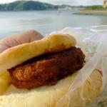 葉山旭屋牛肉店 - 1個だけ店内で販売の皮パンに挟んで・・備え付けのソースで即席コロッケサンド