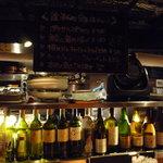 魚金 - こちらはカウンター☆ワインのボトルがいっぱい♪