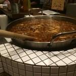 お銚子もん - 煮込みは大鍋で置いてます