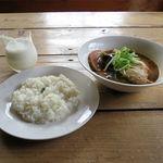 51747873 - チキンとお野菜のカレー+プレーンラッシー(1,080円)