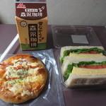 51748715 - ベーコンとフレッシュトマトのピザ&厚焼き玉子サンド&森永珈琲